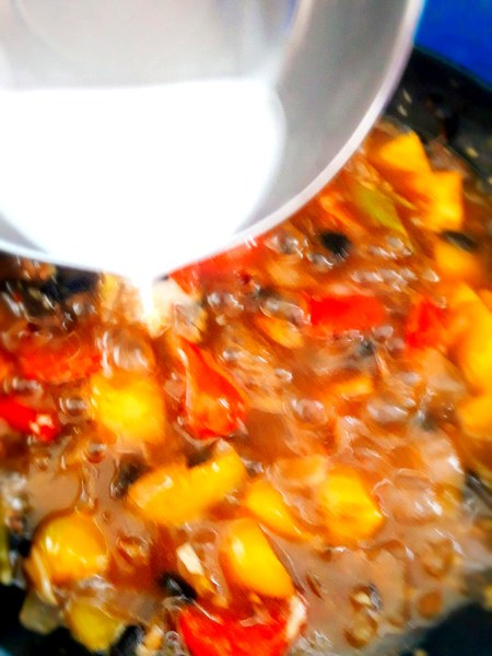 To make the gravy a little thick and add a glace, pour the cornflour.